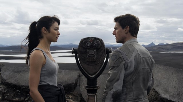 Tom Cruise and Olga Kurylenko headline a forgettable and derivative sci-fi offering.
